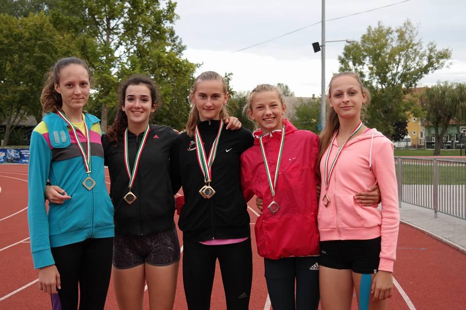 A képen az érmeket szerző lányok: Hartmann Nikolett, Kiszel Zsófi, Szűcs Szabina, Barna Patrícia, Rádi Dóra